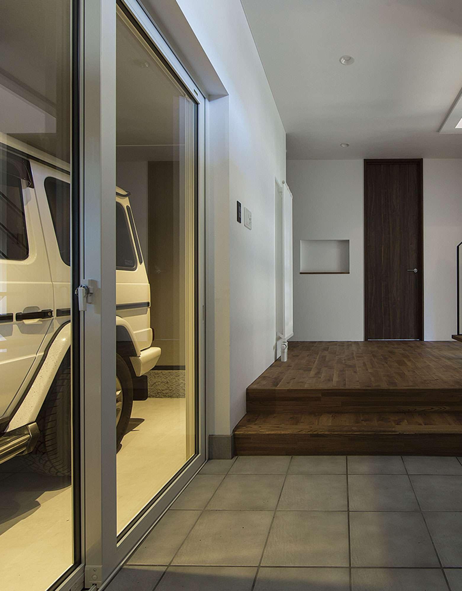 美しく、そして強い家にしたい。国内最高水準の断熱性能を標準に。 - 外張り断熱には熱伝導率0.022Wを誇る旭化成のネオマフォームを採用。内断熱が室内の冷暖房エネルギーを逃がさず、さらに基礎断熱で床のぬくもりをキープ。窓はトリプルサッシ、外壁はガルバリウム鋼板が標準仕様。過ごしやすく快適な夏の暮らし、冬は雪国の美しさだけを感じられる、暖かでリゾートのような暮らしをお届けします。 -  -