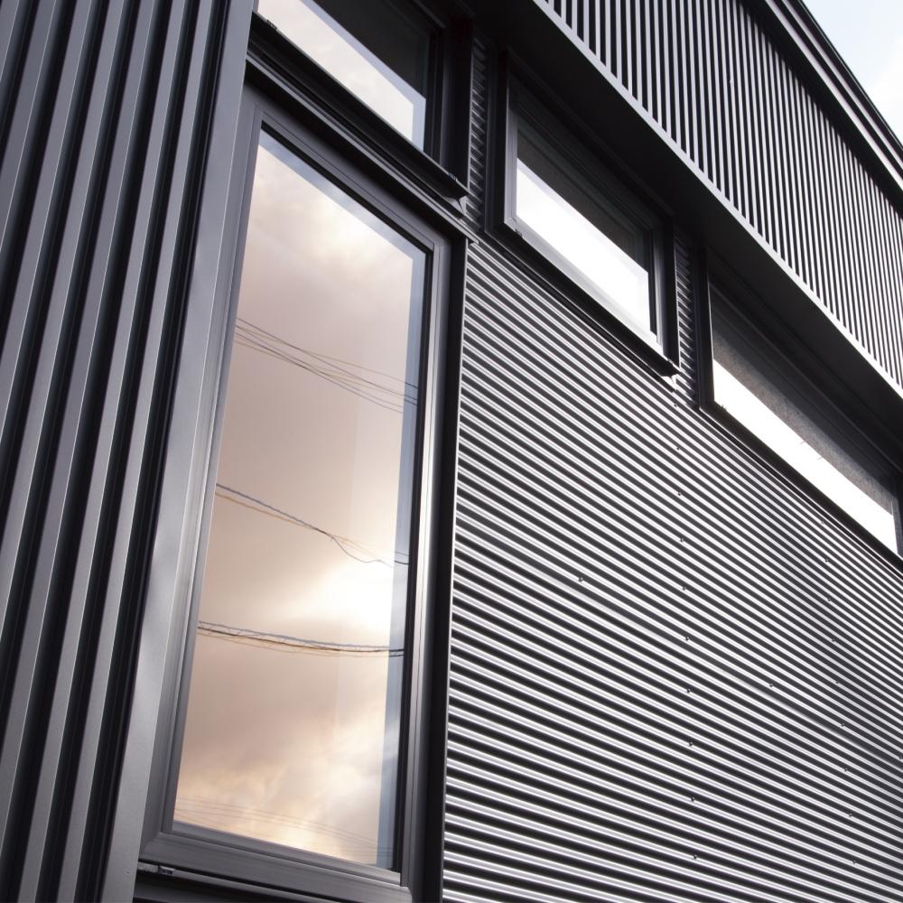 強く美しい、という誇り - 通常の鉄板より3~6倍の耐久性美しい外観を表現する「ガルバリウム」ファサードはライフスタイルや住む人のセンスを表す住まいの「顔」です。 バリューホームでは耐久性と遮熱機能、耐汚染機能を備えたガルバリウム鋼板を外壁として採用。長期にわたり住まいを守り、豊富なカラーラインナップで多彩なニーズにお応えします。光沢を抑えた落ちついた質感が、北国の景観にも溶け込みます。  -  -