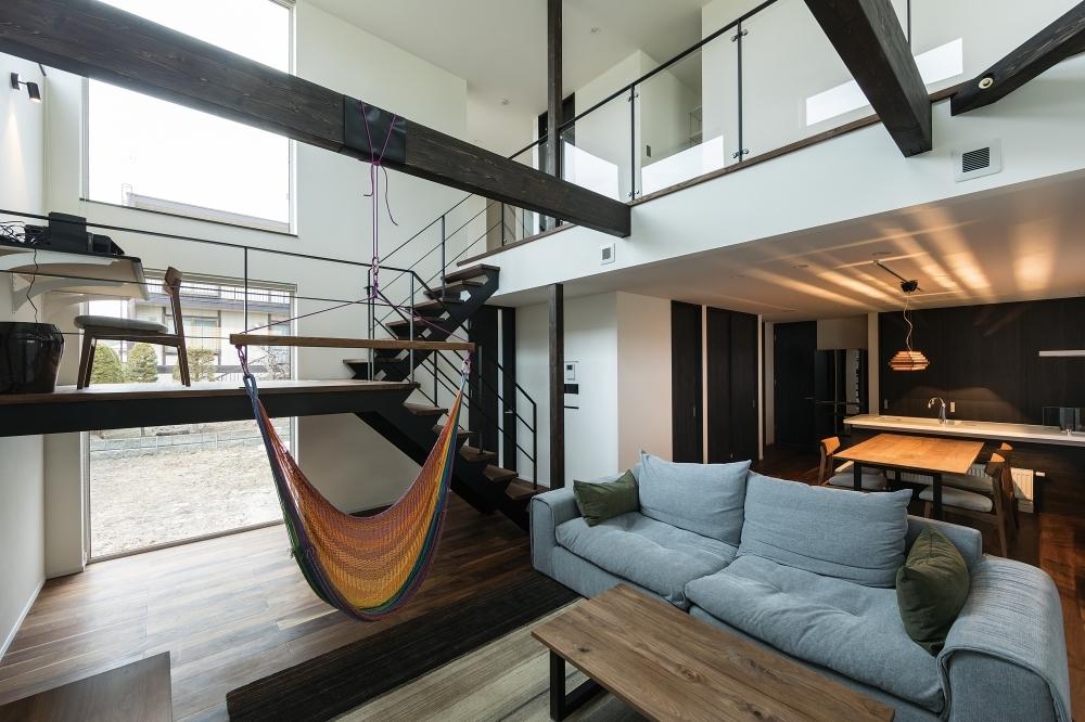 ↑ 「吹抜けにハンモック、どこまでも開放的な二世帯住宅」 -  -  -