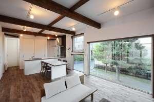 LDK  モノトーンの家具が似合うような、生活感のないシンプルな家で暮らしたかったんです。たとえば90年代のトレンディドラマに出てくるような雰囲気ですね(笑)。また建てるなら「平屋」と決めていました。ワンフロアの暮らしさすさが理想だったんです。でも子どもが成長するまでは、どうしても物が多かったり、オモチャであふれたりしますよね。そんな息子も高校生になったので、それぞれ家族がゆったり暮らせるタイミングで建てることにしました。