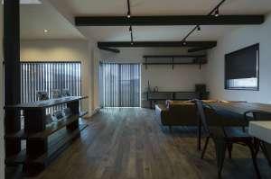 深みのある自然素材で描いた梁や柱、無垢が彩る室内。長年暮らした家のような味わい深さを醸します。