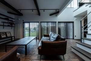 パノラマの窓と吹抜けが開放的を広げるリビングは、日常を消し去るような寛ぎにあふれています。