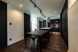半個室のプライベートな空間が、食事のシーンを上質に飾るダイニング・キッチン。