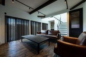 中央の階段は寝室や子ども部屋、書斎がある2階へと続きます。奥のキッチンからも家族の様子が伺えます。