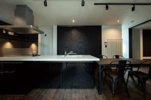 ピアノのように美しい鏡面仕上げのキッチン。ダイニングのとなりには和モダンの客間が隣接。