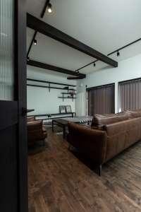 エントランスからリビングへ。飾り棚やテレビ台を造り付け、シンプルながら温もりを宿した空間