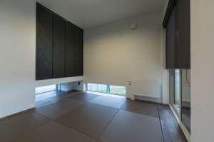 地窓が生み出す柔らかな光、琉球畳が寛ぎの和室。玄関ホールから、来客を直接通すことができます。