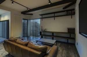 大きな窓が外との繋がりを持たせるリビングフロア。棚やテーブルなど、この家に合わせたオーダー家具。