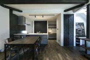 重厚感漂うタイル壁で演出したキッチン。バックヤードにはワークカウンターとパントリーを提案。