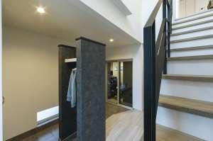 2階への階段を住まいの中央にレイアウト。吹抜けのより上下階へ光が行き届きます
