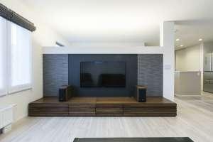 テレビボードの背面は吹抜け階段。壁の上部を開放することで、天井までのオープンスペースを演出し、開放感を高めています