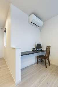 ホールの一角にレイアウトした書斎スペース。デスクワークや家事台として機能します
