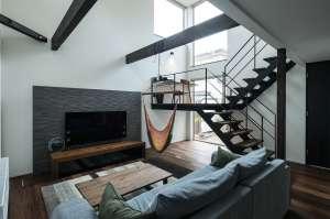 2階のホールが吹抜けに面し、スケルトン階段でつながる三層構造の住まい。ダイナミックな開放感が、家全体に広がります