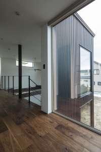ホールには壁一面のピクチャーウィンドウを設計。屋外とのつながりが開放感を演出します