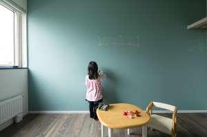 お子さまの部屋の壁一面を黒板に。お絵描きや先生ごっこ、自由な発想を広げます