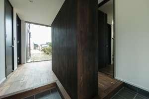 玄関は二世帯共用。広いホールを左右にセパレートし、親世帯と子世帯をプラン