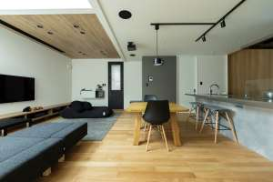 フロアと天井を無垢の木で設え、温もりのあるリビングに
