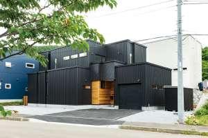 天井高がある開放的なビルトインガレージと、住まいのデザインと統一させた物置
