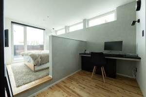 スキップフロアのベッドルームと、ゆったりとしたカウンターの書斎
