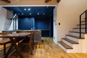 ブルーネイビーの壁がアトリエのような個性を演出するキッチン