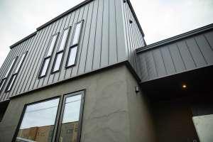外壁は塗り壁とガルバリウムにより、重厚感と高級感を演出