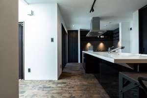 吹抜けの澄んだ光が届くキッチン。コーナーにはスタディスペースや家事台としてカウンターを提案