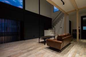 リビングはソファを中央に、フロアに余白を残しゆったりと過ごせる間取り