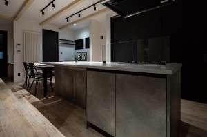 アイラアンドキッチン。エイジングしたコンクリートのような質感が、洗練された空間を作ります