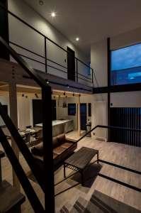 階段からLDKを見る。1階と2階の境界をなくし、すべてがオープンにつながる空間