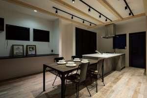 キッチンの横にダイニングテーブルを並べて、家事動線を短縮