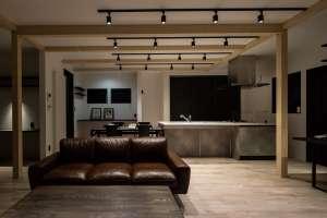 キッチン背面は大きな引き戸の全面収納、ダイニングのそばには書斎も